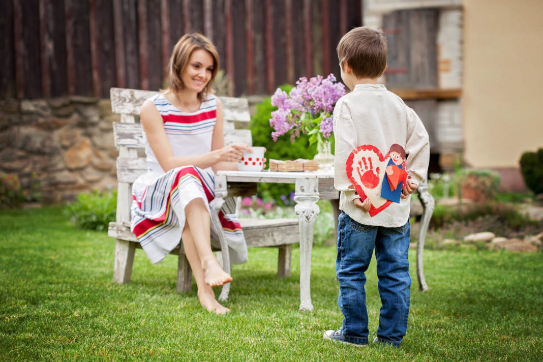 fotolia_83208592_subscription_monthly_m-mom-getting-a-gift-from-boy11